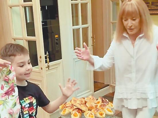 Сын звездной четы испек вкусности для мамы