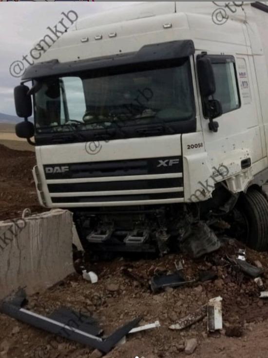 В Бурятии водитель фуры врезался в дорожное ограждение