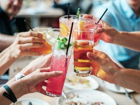 Врач рассказал о напитках, которые нельзя пить в жару