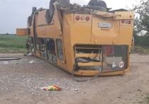 В Тбилисском районе Кубани школьный автобус попал в ДТП и перевернулся, есть пострадавшие