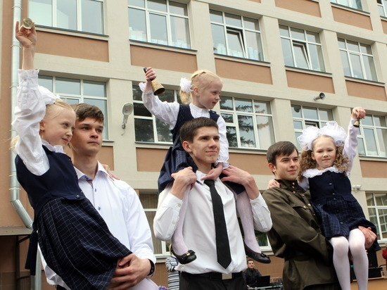Петербургских школьников оставили без традиционного последнего звонка