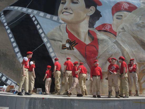 На рисунке запечатлены и юнармейцы-участники парада в честь Дня Победы