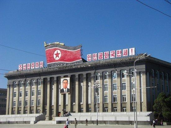 Ким Чен Ын запретил узкие джинсы и пирсинг в КНДР
