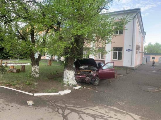 В столице Тувы водитель легковушки повредил объекты на площади Победы