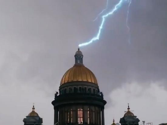 В крест Исаакиевского собора ударила молния
