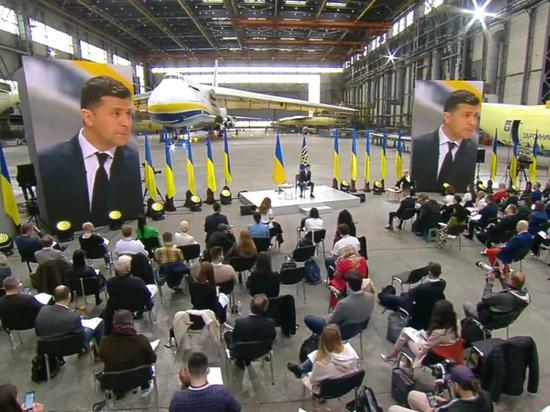 Президент Украины рассказал журналистам о разноцветных цветочках