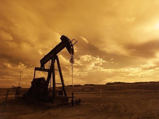 Цена нефти Brent упала ниже $65 впервые с 26 апреля