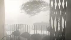 Мощный ураган уже несколько дней разрушает индийские города: видео