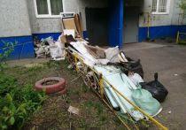Недовольная жилец многоэтажки пожаловалась на омскую компанию «Левобережье» из-за мусора