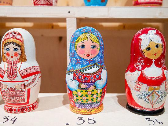 На выставке в Москве матрешек одели во все костюмы мира