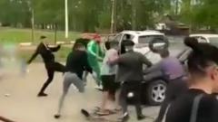 Сбившего людей пьяного водителя закидали камнями и мусором: видео