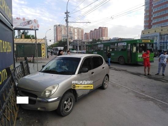 Троллейбус попал в ДТП с легковушкой в Заельцовском районе Новосибирска