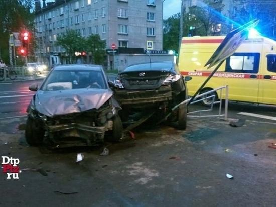 Врезавшиеся Chevrolet и Hyundai снесли забор на перекрёстке в Петрозаводске
