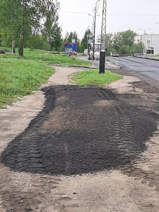 На улице Пограничной в Петрозаводске тропинку завалили асфальтовой крошкой