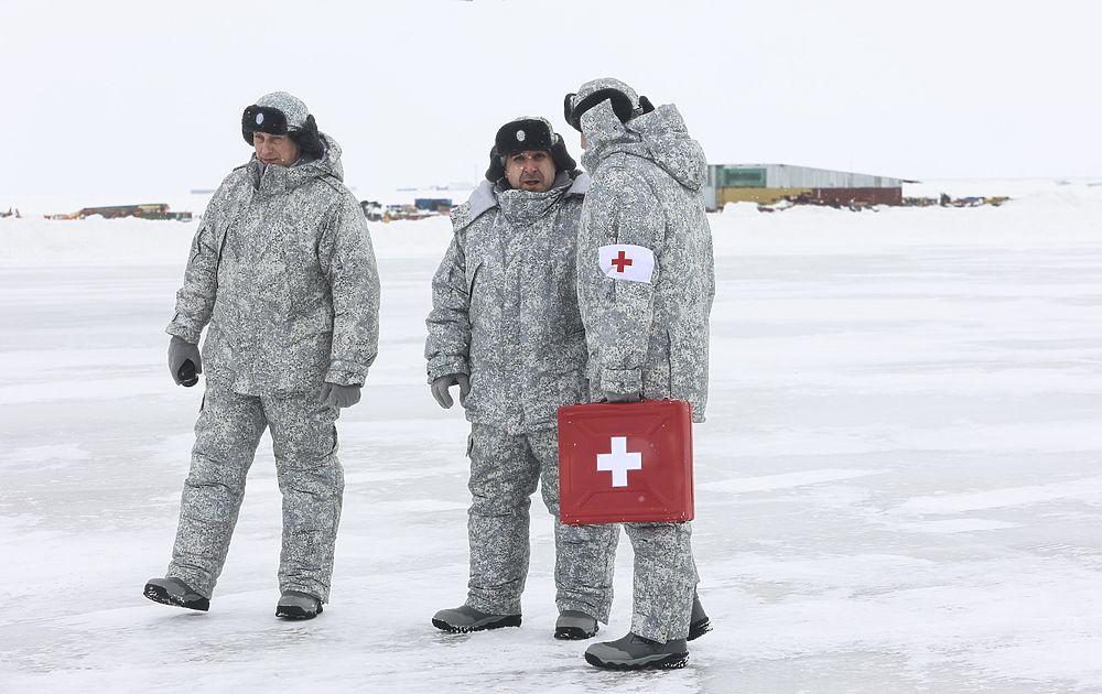 Военные показали, как живут в «Арктическом трилистнике»: пальмы среди снегов