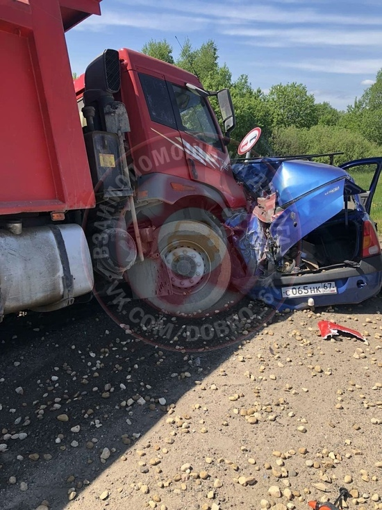 Под Смоленском произошло жесткое ДТП легкового авто и КаМАЗа