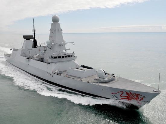 Британский эсминец D35 Dragon выдворен из территориальных вод России