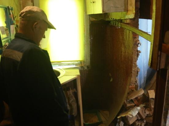 Кирпичная стена обрушилась в бараке на проспекте 60-летия Октября в Хабаровске