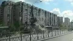Рейсовый автобус протаранил столб в Санкт-Петербурге: кадры аварии
