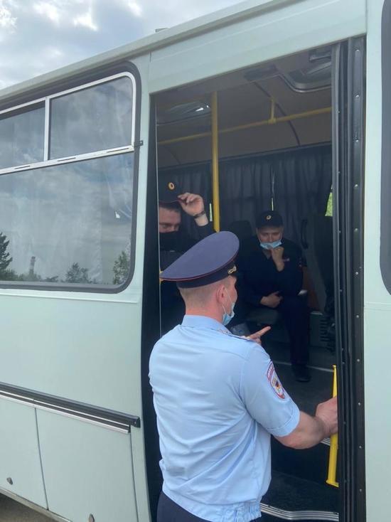 На улицу Институтскую в Кемерове стягиваются полицейские УАЗики и автобусы: борьба  жильцов против новой дороги продолжается