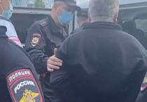 Константин Пузырев приехал к своему дому после звонка супруги, которая сообщила, что на  площадку, где планируется строительство новой дороги, съехалось несколько полицейских экипажей