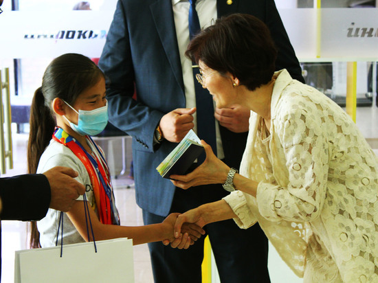 Первые кыргызстанцы получили свой новый биометрический загранпаспорт