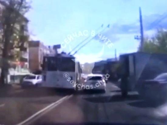 Видео троллейбуса, ехавшего по встречной полосе в Чите, появилось в Сети