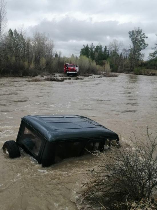 В Туве удалось спастись двум пассажирам унесенного рекой автомобиля