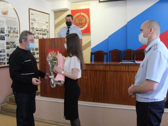 Полиция поблагодарила сотрудницу банка, которая спасла от обмана 91-летнюю женщину