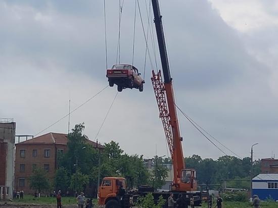 В Туле каскадер рухнул с ВАЗа, поднятого на восьмиметровую высоту