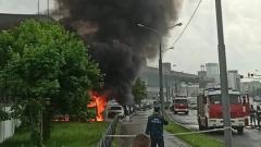 Возле ТЦ на севере Москвы сгорело несколько машин