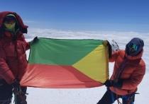 Альпинист поднял флаг Забайкальского края на вершину Эльбруса