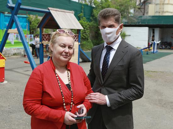 Олег Кожемяко передал благотворительные подарки детям из кризисного центра в пригороде Владивостока