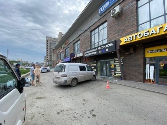 В Новосибирске пьяный водитель микроавтобуса протаранил магазин автозапчастей