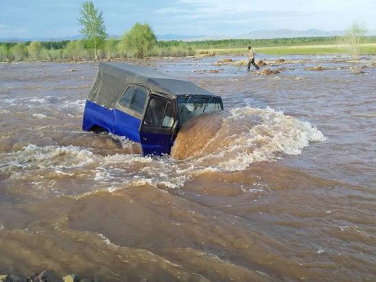 Полицейские Тувы помогли пассажирам застрявшего в реке автомобиля