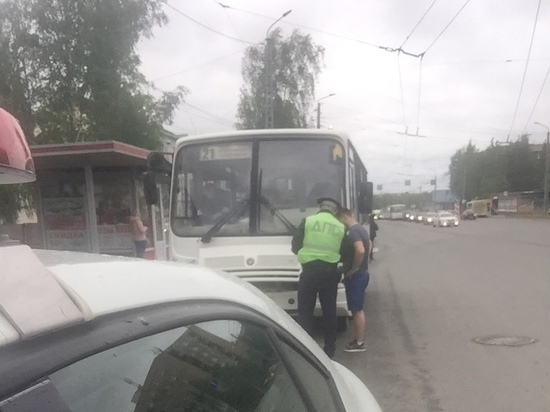 В Петрозаводске водителя маршрутки, разговаривающего по телефону, оштрафовали