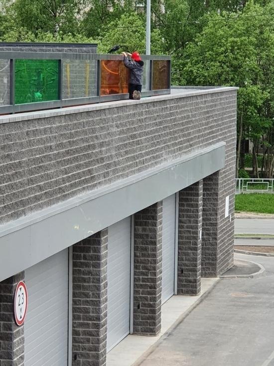 Жители столицы Карелии обеспокоены опасной детской площадкой
