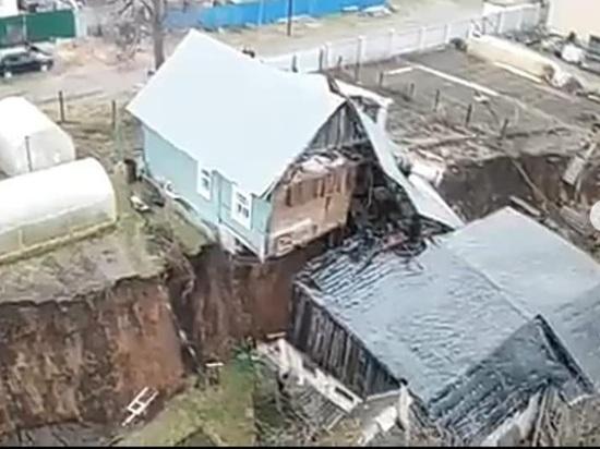 На домах, пострадавших от оползня в Караулове, появились новые трещины