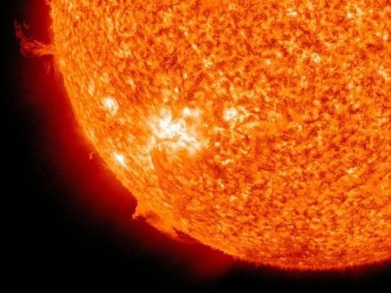 На Землю летит выброшенное Солнцем облако плазмы