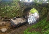 В Тверской области водитель легковушки задом скатился с моста и погиб