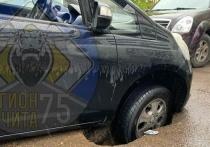 Асфальт провалился под иномаркой во время дождя в Чите