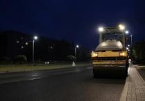 Последний слой асфальта на улице Чудской укладывают ночью