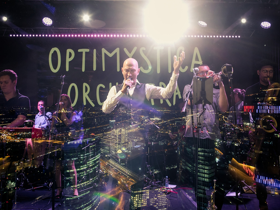 Optimystica Orchestra сыграли сингл «Немного навек», оторвавшись от земли