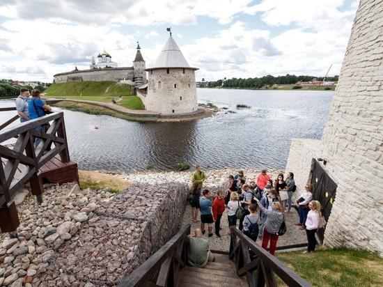 В Псковской области сняли ограничение на количество человек в экскурсионной группе
