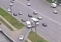 В Челябинске при столкновении маршруток и легковушки пострадали два человека