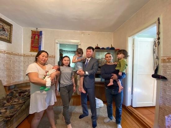 Мэр столицы Тувы навестил многодетную семью