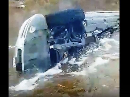 Кроссовер утонул на затопленной дороге в Газ-Заводском районе