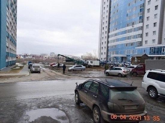 Жители улицы Гущина закидали рабочих яйцами, чтобы остановить стройку скандальной многоэтажки