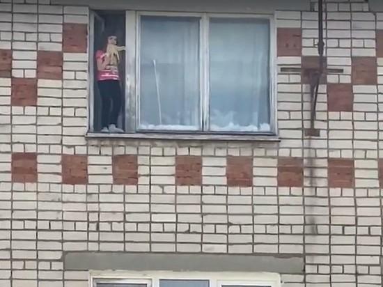 В Коврове маленькая девочка чуть не выпала с окна на пятом этаже