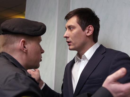 Песков отказался признать связь обысков у Гудкова и Пивоварова с политикой